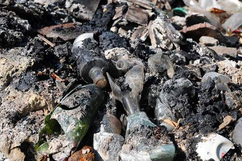 Phát hiện bãi thải ven sông Hồng ngập trắng bao cao su 12