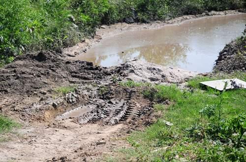Phát hiện bãi thải ven sông Hồng ngập trắng bao cao su 7