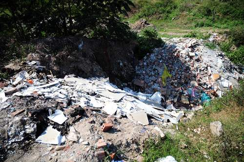 Phát hiện bãi thải ven sông Hồng ngập trắng bao cao su 11