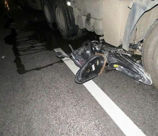 Xe máy kẹp 3 chui vào gầm ô tô, 3 người tử vong 1