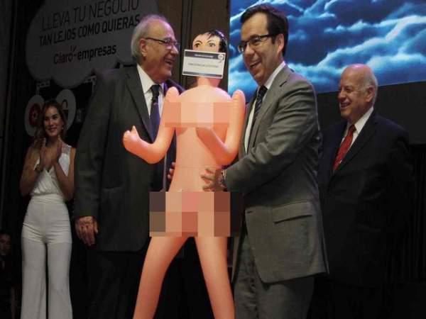 Chile dậy sóng vì màn tặng búp bê tình dục cho bộ trưởng 1