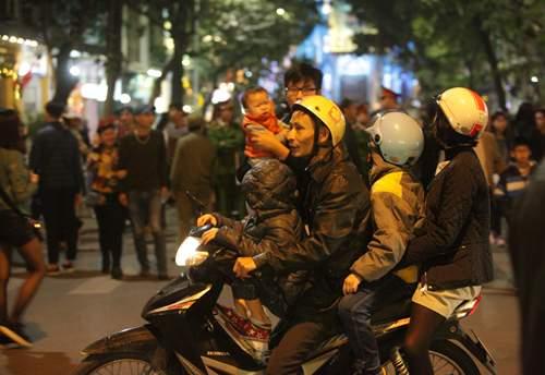 Người Hà Nội đổ về trung tâm đón Noel 3