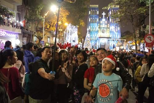 Người Hà Nội đổ về trung tâm đón Noel 6