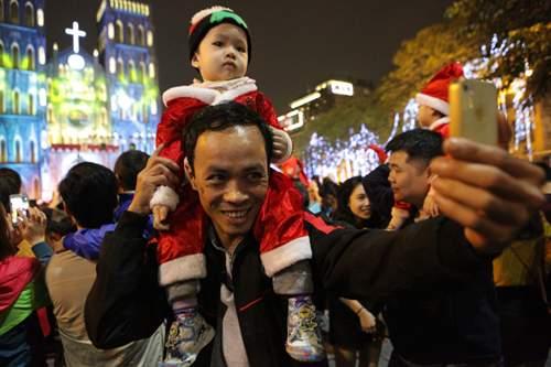 Người Hà Nội đổ về trung tâm đón Noel 11
