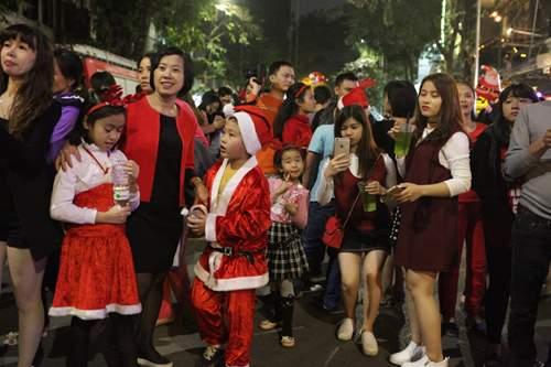 Người Hà Nội đổ về trung tâm đón Noel 10