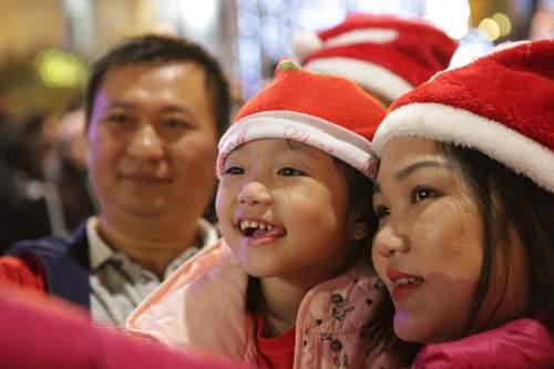 Người Hà Nội đổ về trung tâm đón Noel 9