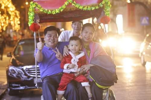 Người Hà Nội đổ về trung tâm đón Noel 2