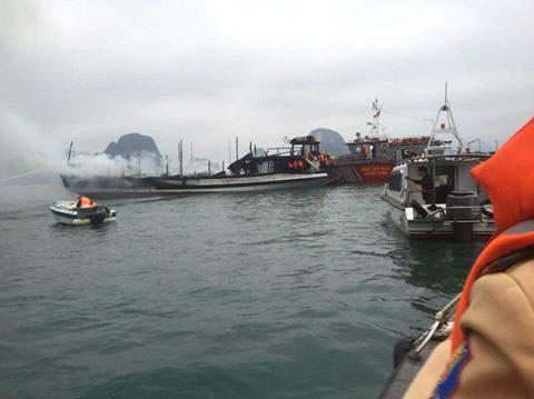 Tàu chở khách nước ngoài bốc cháy dữ dội trên Vịnh Hạ Long 1