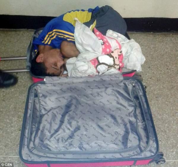 """Venezuela: Vợ mang vali vào tù """"nhét"""" chồng kéo ra ngoài 1"""