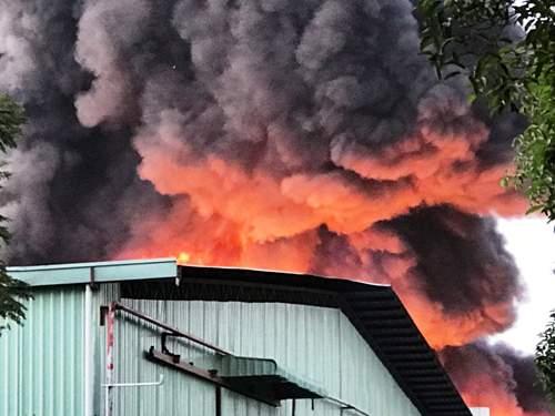 Cháy cực lớn, biển lửa bao trùm kho xưởng ở Sài Gòn 1