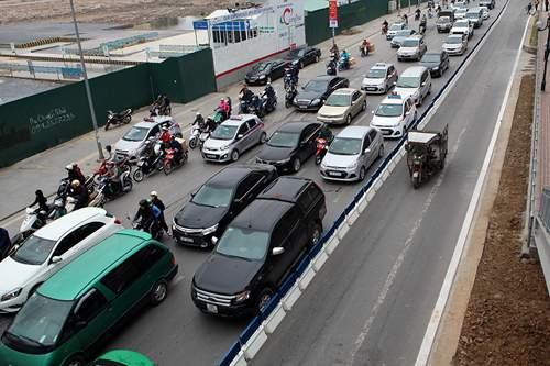 Bất chấp dải phân cách, ô tô, xe máy vẫn lấn làn buýt nhanh 7