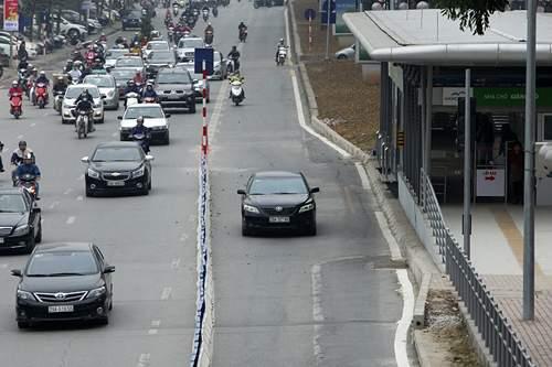 Bất chấp dải phân cách, ô tô, xe máy vẫn lấn làn buýt nhanh 4