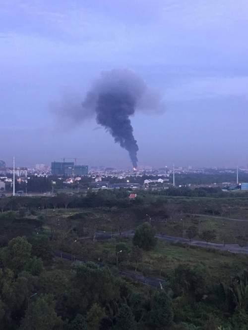 Cháy cực lớn, biển lửa bao trùm kho xưởng ở Sài Gòn 5