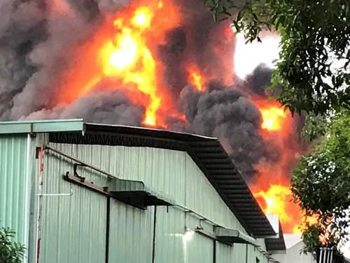 Cháy cực lớn, biển lửa bao trùm kho xưởng ở Sài Gòn 4