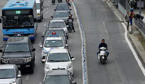Bất chấp dải phân cách, ô tô, xe máy vẫn lấn làn buýt nhanh 1
