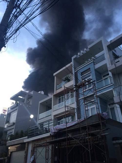 Cháy cực lớn, biển lửa bao trùm kho xưởng ở Sài Gòn 3