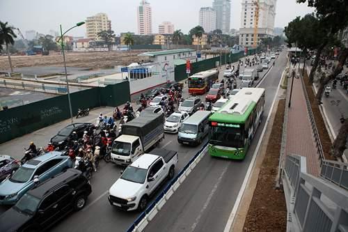 Bất chấp dải phân cách, ô tô, xe máy vẫn lấn làn buýt nhanh 9