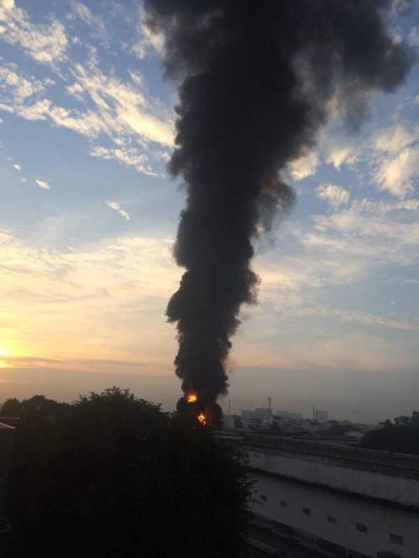 Cháy cực lớn, biển lửa bao trùm kho xưởng ở Sài Gòn 2