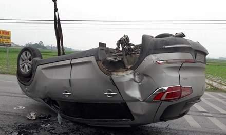 Xe BMW phơi bụng giữa quốc lộ 1A 1