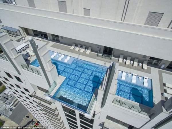 Run rẩy bước trên trời trong bể bơi cách đất 42 tầng nhà 1