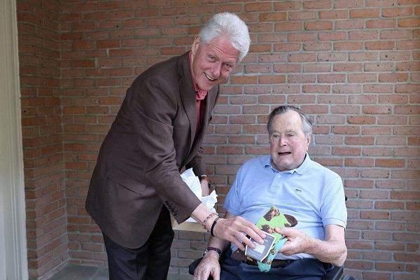 Bất ngờ món quà Bill Clinton vừa tặng cựu Tổng thống Bush 1