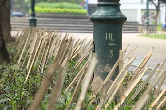 Hàng loạt cọc tre nhọn cắm quanh vườn hoa gần Nhà hát Lớn 1