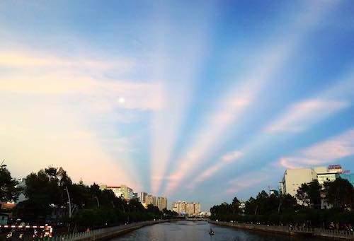 """""""Giải mã"""" ánh hào quang tuyệt đẹp trên bầu trời Sài Gòn 1"""