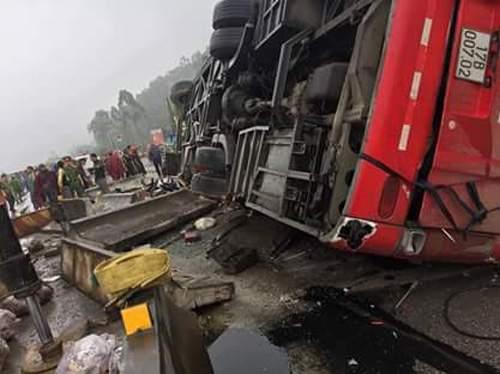Hình ảnh kinh hoàng vụ lật xe khách, khiến hàng chục người thương vong 1