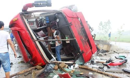 Hình ảnh kinh hoàng vụ lật xe khách, khiến hàng chục người thương vong 3