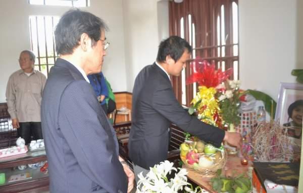 Đại sứ Nhật Bản đến gia đình bé gái người Việt bị sát hại nói lời xin lỗi 5