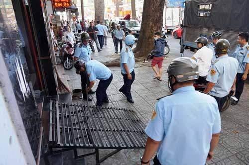 """""""Lính"""" ông Đoàn Ngọc Hải bị tấn công khi """"dẹp loạn"""" vỉa hè 1"""