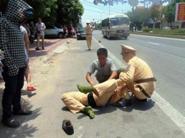 Vụ CSGT bị tông chết ở Đồng Nai: CSGT đu gương chiếu hậu 3
