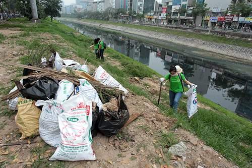 """""""Ông Tây móc cống"""" cùng hàng trăm bạn trẻ lội sông Tô Lịch dọn rác 10"""