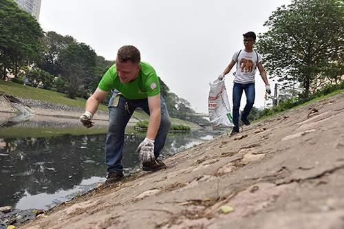 """""""Ông Tây móc cống"""" cùng hàng trăm bạn trẻ lội sông Tô Lịch dọn rác 4"""