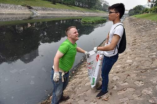 """""""Ông Tây móc cống"""" cùng hàng trăm bạn trẻ lội sông Tô Lịch dọn rác 5"""