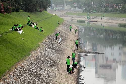 """""""Ông Tây móc cống"""" cùng hàng trăm bạn trẻ lội sông Tô Lịch dọn rác 8"""