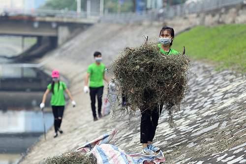 """""""Ông Tây móc cống"""" cùng hàng trăm bạn trẻ lội sông Tô Lịch dọn rác 7"""