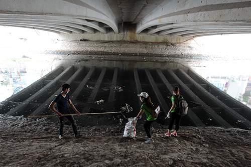 """""""Ông Tây móc cống"""" cùng hàng trăm bạn trẻ lội sông Tô Lịch dọn rác 6"""