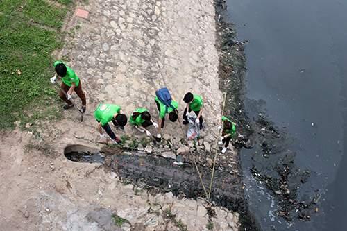 """""""Ông Tây móc cống"""" cùng hàng trăm bạn trẻ lội sông Tô Lịch dọn rác 2"""