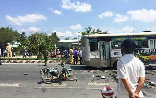Xe buýt lật, đè chết hai vợ chồng đi xe máy ở miền Tây 1