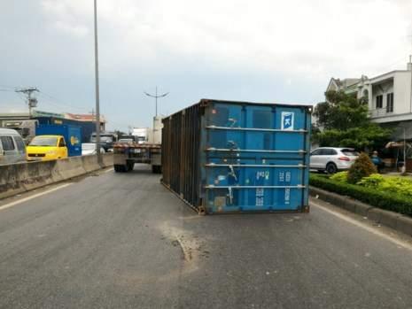 Thót tim container rơi xuống đường suýt đè chết 5 người 2