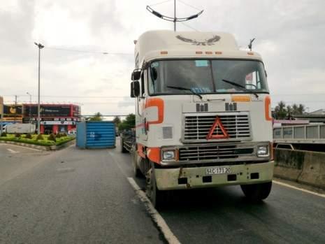 Thót tim container rơi xuống đường suýt đè chết 5 người 1