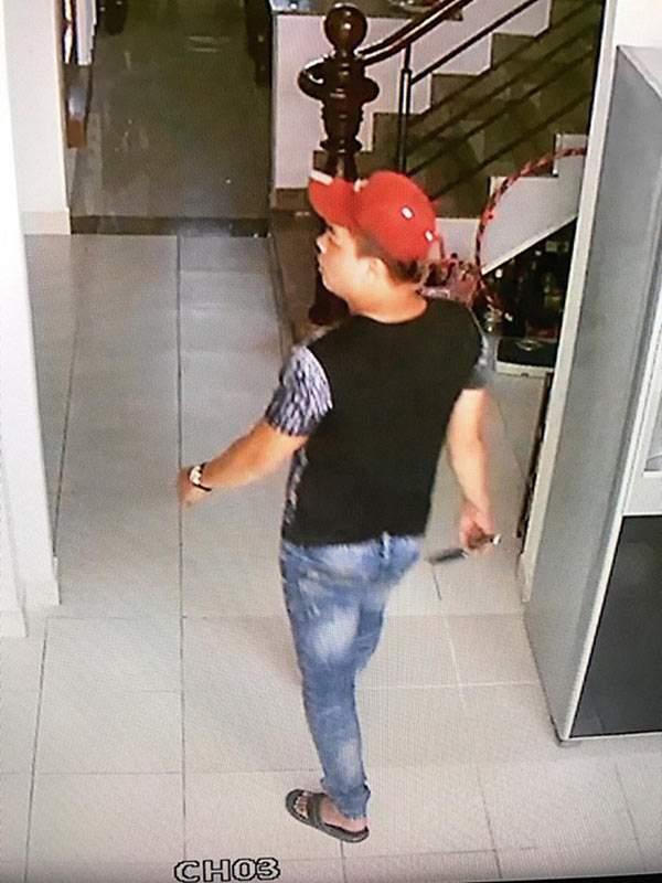 Tên trộm cầm dao lục tung nhà gia chủ ở Sài Gòn 2