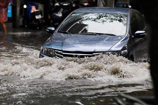 """HN bất ngờ mưa lớn đầu hè, người dân """"bơi"""" trong nước 6"""