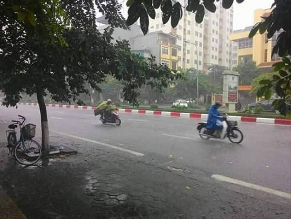 """HN bất ngờ mưa lớn đầu hè, người dân """"bơi"""" trong nước 2"""