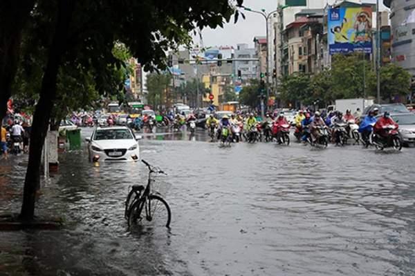 """HN bất ngờ mưa lớn đầu hè, người dân """"bơi"""" trong nước 1"""