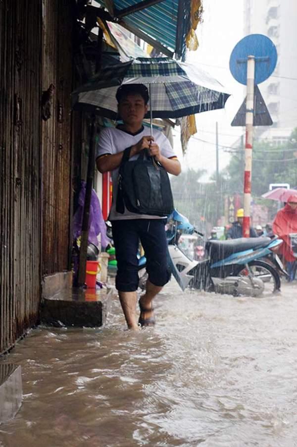 """HN bất ngờ mưa lớn đầu hè, người dân """"bơi"""" trong nước 11"""