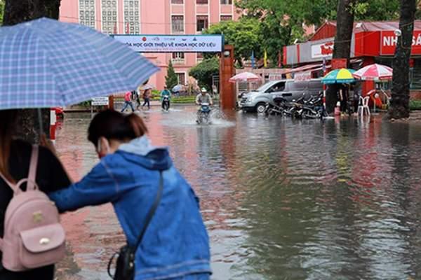 """HN bất ngờ mưa lớn đầu hè, người dân """"bơi"""" trong nước 12"""