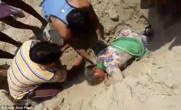 Ấn Độ: Đang đi, cô gái bị lôi xuống hố sâu 1m chôn sống 1