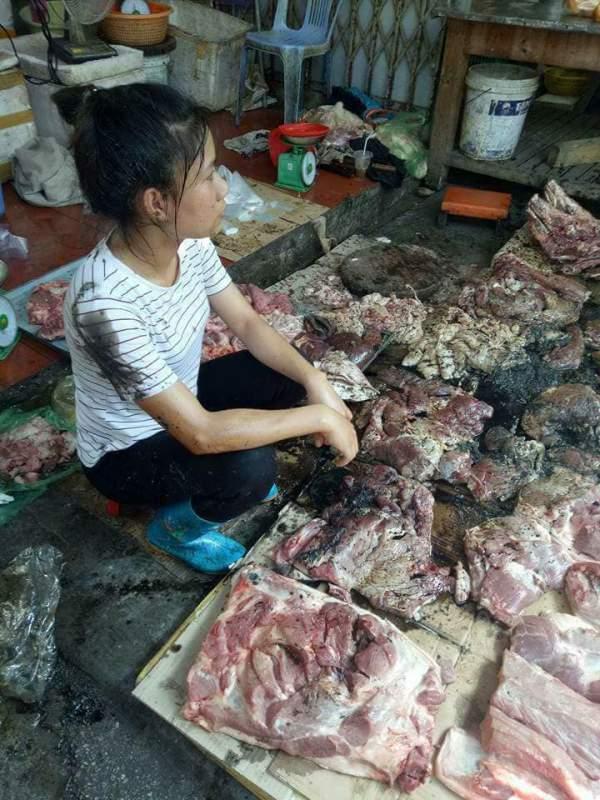 Mang thịt lợn nhà đi bán giá rẻ, bị hất đầy dầu luyn 1